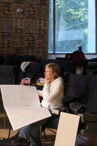 Rozalie Hirs tijdens de repetitie van 'Roseherte' (2008) voor groot orkest en elektronische klanken voor het Radio Filharmonisch Orkest en Micha Hamel (dirigent). Foto: ©2008 Co Broerse